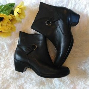 Clarks bendables ankle booties black size 8